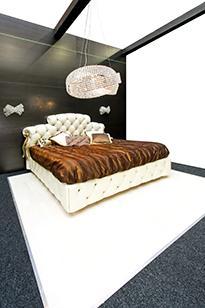 Сочетание классических и современных форм на примере спальни
