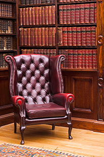 Дизайн кабинета с аристократическим креслом и шкафом из дерева