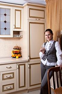 Девушка на фоне кухни в классическом стиле