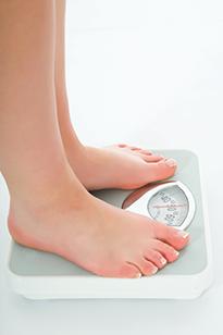 Девушка на весах - контроль массы тела