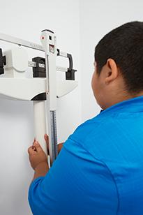 Измерение веса подростка