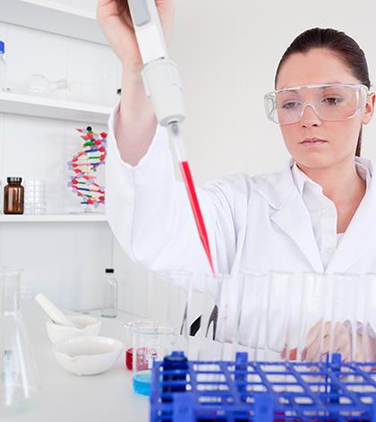 Исследователь и биологические образцы