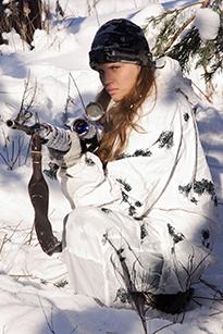 Девушка-солдат в зимнем лесу