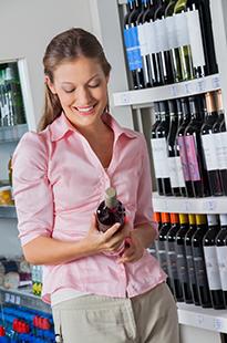 Девушка с бутылкой вина