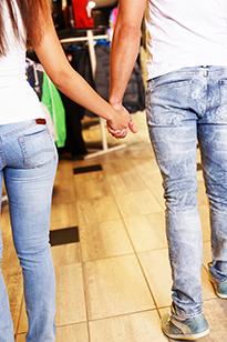 Влюбленные держатся за руки
