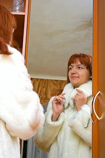 Белая норковая шуба стоит дорого, убедитесь в отсутствии повреждений меха
